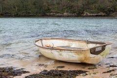 Kleine die het roeien boot op het strand wordt vastgelegd royalty-vrije stock foto