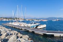 Kleine die jachten en boten in jachthaven worden vastgelegd royalty-vrije stock afbeeldingen