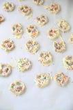 Kleine die pretzels met witte chocoladeverticaal worden behandeld Royalty-vrije Stock Afbeeldingen