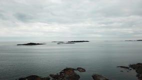 Kleine die rotsen hier in archipel van Finland worden geplaatst stock video