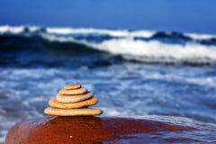 Kleine die rotsen voor de oceaan worden gestapeld Stock Foto's