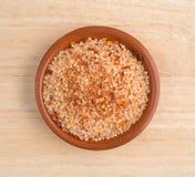 Kleine die schotel met zoute, rode Spaanse peperpeper en paprika wordt gevuld Royalty-vrije Stock Afbeeldingen
