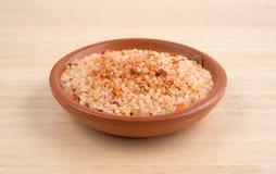 Kleine die schotel met zoute, rode Spaanse peperpeper en paprika wordt gevuld Stock Afbeelding