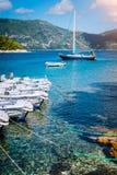 Kleine die toeristenboten voor huur op de kust worden gedokt Turkooise baai, glashelder water Verbazende de zomervakantie  stock afbeelding