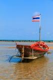 Kleine die vissersboot langs het strand wordt vastgelegd Royalty-vrije Stock Afbeelding
