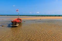 Kleine die vissersboot langs het strand wordt vastgelegd Royalty-vrije Stock Afbeeldingen