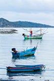 Kleine die vissersboot op het strand wordt geparkeerd. Stock Foto