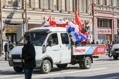 Kleine die vrachtwagen met ballons wordt verfraaid Royalty-vrije Stock Afbeeldingen