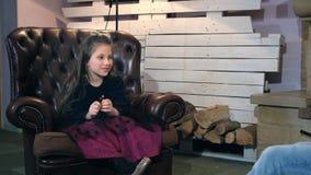 Kleine dochter die haar geschilderd beeld tonen aan de vader en van hem pluchestuk speelgoed zoals heden krijgen stock footage