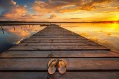 Kleine Dok en Boot bij het meer stock afbeelding