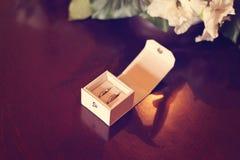 Kleine doos met trouwringen Royalty-vrije Stock Foto's