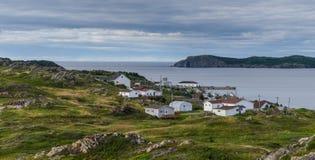 Kleine Dorfgemeinschaft in Neufundland Häuser schmiegten sich unter felsiger Landschaft in Twillingate Neufundland, Kanada an Stockfotos