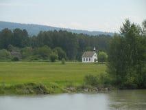 Kleine Dorfkirche Stockfotos