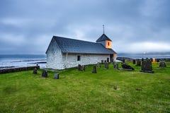 Kleine Dorfkirche mit Kirchhof in Kirkjubour, Färöer, Stockbild