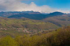 Kleine Dorflandschaft in den Bergen Stockfoto