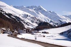 Kleine dorp en skitoevlucht in Tirol stock foto's