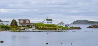 Kleine dorpsgemeenschap, Twillingate, Newfoundland Huizen langs oever Stock Afbeeldingen