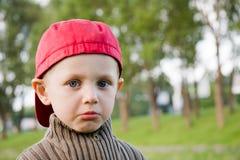 Kleine droevige jongen in openlucht Royalty-vrije Stock Fotografie