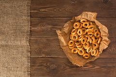 Kleine droge ongezuurde broodjes op houten lijst, hoogste mening stock foto