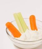 Kleine duidelijke kom van onderdompeling en groenten. Royalty-vrije Stock Foto's