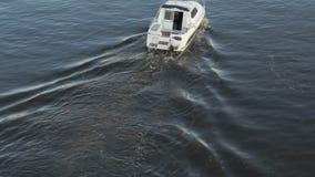 Kleine eenzame motorboot langs rivier stock videobeelden