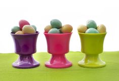 Kleine eieren in eierdopjes Royalty-vrije Stock Afbeelding