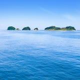 Kleine eilanden op overzees en blauwe hemel. Toba baai, Japan. Stock Afbeeldingen