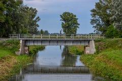 Kleine Eisenbahnbrücke über Wasser chanell stockfoto