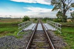 Kleine Eisenbahnbrücke über Wasser chanell lizenzfreies stockbild