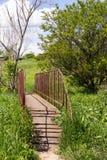 kleine Eisenbrücke mit altem Eisen drehen herein die Landschaft stockfoto