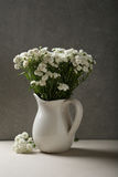 Kleine elegante Blumen im Vase Stockfoto