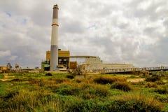 Kleine elektrische centrale die gas op bewolkte hemelachtergrond gebruiken stock fotografie