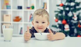 Kleine en jongen die duimen omhoog eten tonen Stock Afbeelding