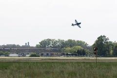Kleine en Lichte Piper Aircraft tegen Blauwe Hemel dichtbij Baan stock foto's