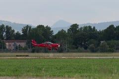 Kleine en Lichtrode Piper Aircraft Taking weg van de Baan royalty-vrije stock foto