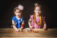 Kleine en mooie meisjes met juwelen Royalty-vrije Stock Afbeelding