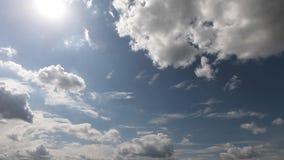 Kleine en pluizige cumuluswolk in de schone blauwe hemel stock videobeelden