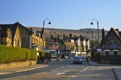 Kleine englische Stadt: Häuser, Laternen und Straße Stockfotografie