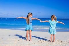 Kleine entzückende Mädchen auf Sommerferien an Stockfotos