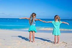 Kleine entzückende Mädchen genießen Sommerstrandferien Stockfotografie