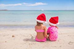 Kleine entzückende Mädchen in Sankt-Hüten während des Strandes Lizenzfreies Stockfoto