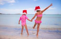 Kleine entzückende Mädchen in Sankt-Hüten während des Strandes Lizenzfreie Stockfotos