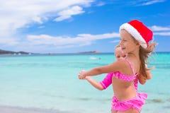 Kleine entzückende Mädchen in Sankt-Hüten während des Strandes Stockbild