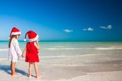 Kleine entzückende Mädchen in Sankt-Hüten während des Strandes Lizenzfreie Stockbilder