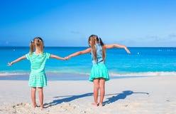 Kleine entzückende Mädchen während des tropischen Sommers Stockfotos