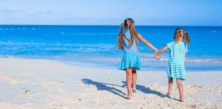 Kleine entzückende Mädchen während des tropischen Sommers Lizenzfreie Stockfotos