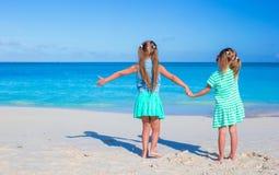 Kleine entzückende Mädchen während des tropischen Sommers Stockbilder