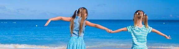 Kleine entzückende Mädchen während des tropischen Sommers Lizenzfreies Stockfoto