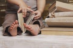 Kleine Füße eines Kindes Stockfotografie