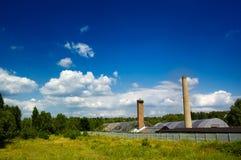 Kleine fabriek in een mooi landschap Royalty-vrije Stock Foto's